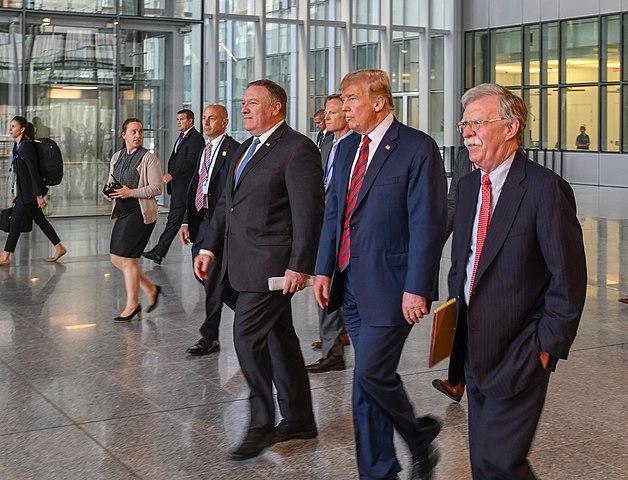 Майк Помпео, Доналд Тръмп и Джон Болтън бързат с натиска си срещу Венесуела, защото са наясно, че времето работи срещу тях. Снимка: Wikimedia Commons