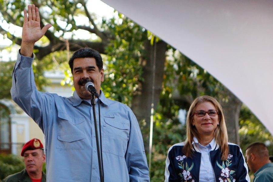 """Президентът Николас Мадуро и съпругата му Силия Флорес по време на митинг на площад """"Боливар"""" в Каракас на 7 февруари. Снимка: Resumen Latinoamericano"""