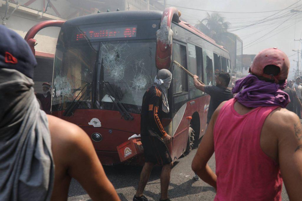 А ето и друг кадър със същия автобус–на него личи кой троши и вандалства. Снимка: AP/El Pais