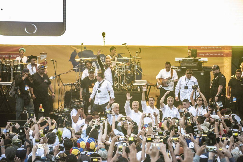 """Хуан Гуайдо на сцената на концерта в Колумбия в подкрепа на """"хуманитарната помощ"""" в компанията на десните президенти на Чиби, Колумбия и Парагвай. Снимка: EFE"""