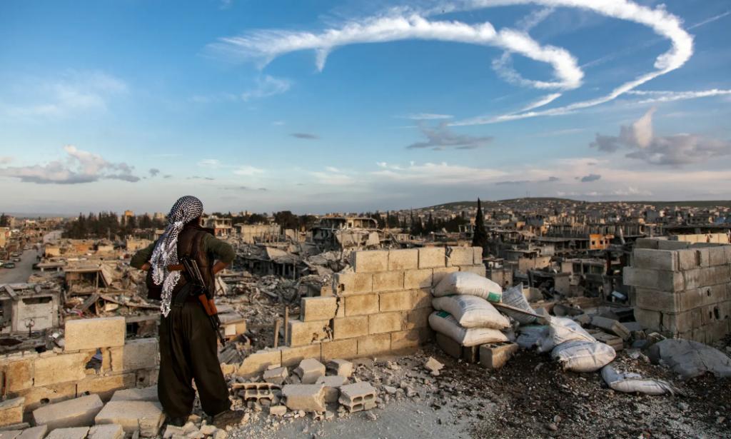 Кобане, Сирия, март 2015 г. Член на женските отряди YPJ, защитаващи града. Снимка: Maryam Ashrafi/The Guardian Foundation