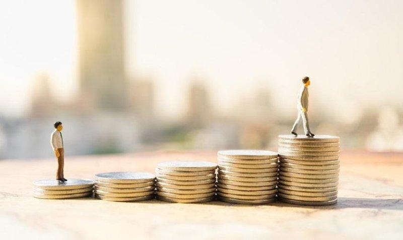 """Показателят """"средна заплата"""" не дава представа за типичните доходи, тъй като малко на брой високи заплати -  особено тези на добре платените мениджъри, издуват средните стойности"""