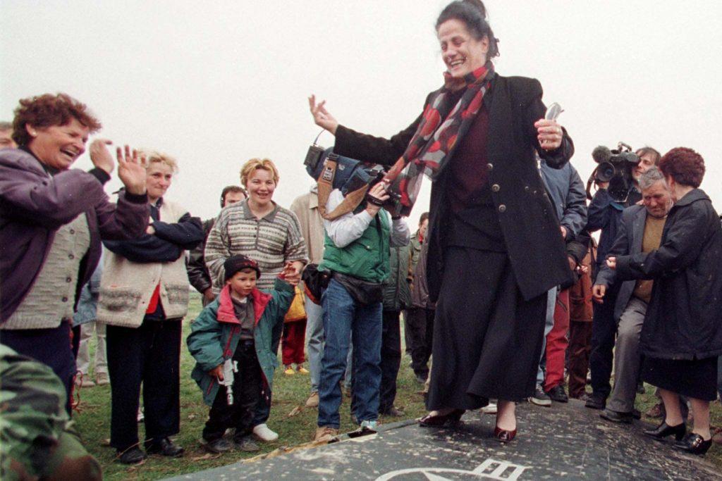 """Жители на Будяновци, на 40 км от Белград, танцуват от радост върху останките на свален от сръбската ПВО """"невидим"""" американски стелт на 28 март 1999 г. Снимка: ТАСС"""