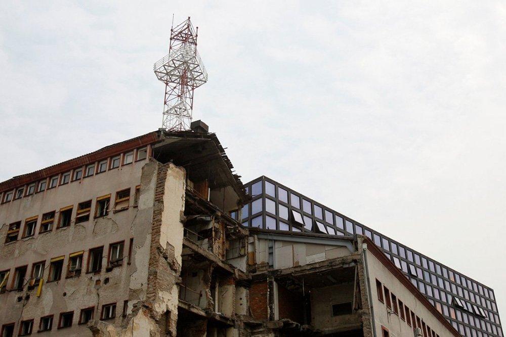 Ударената от НАТО сграда на РТС (Радио и телевизия на Сърбия) нарочно е отавена неременторина–да напомня за трагедията. Снимка: RTS