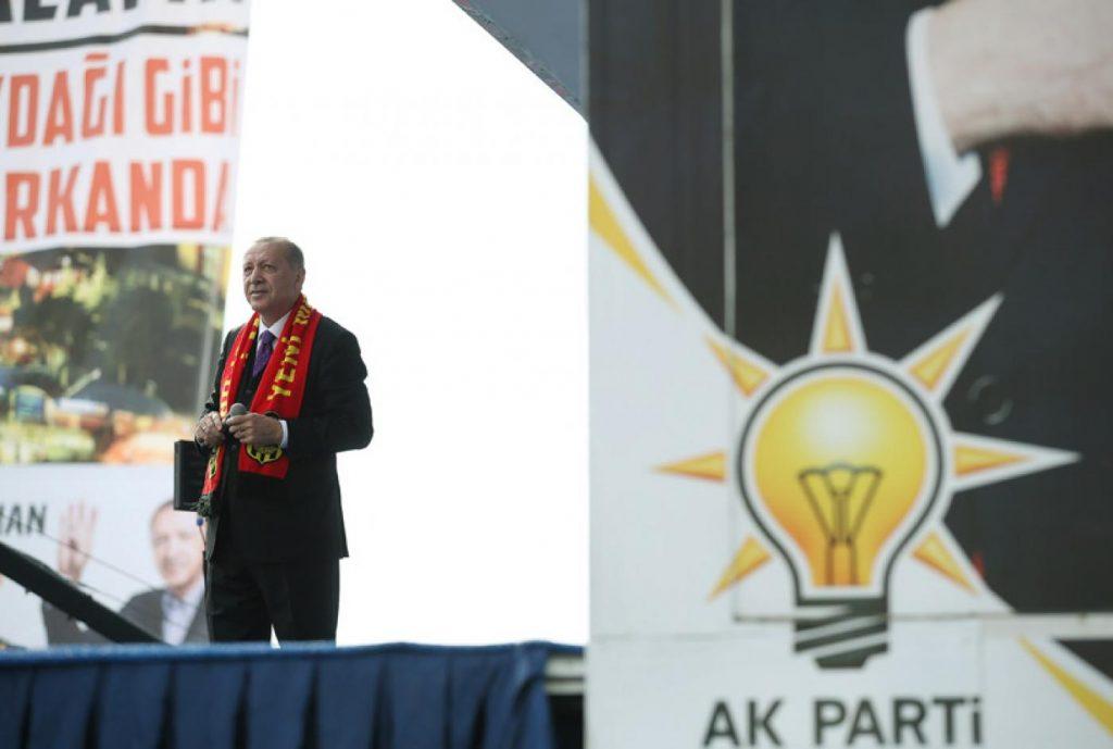 """Ердоган обикаля цялата страна, за да убеждава избирателите, че от гласуването за неговата партия зависи """"спасяването на нацията"""""""