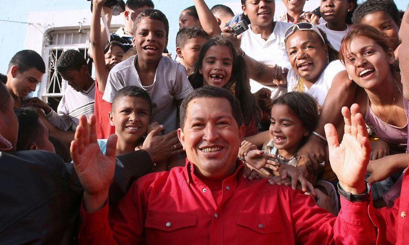 Уго Чавес се чувстваше съвсем свой сред народа. Снимка: Resumen Latinoamericano