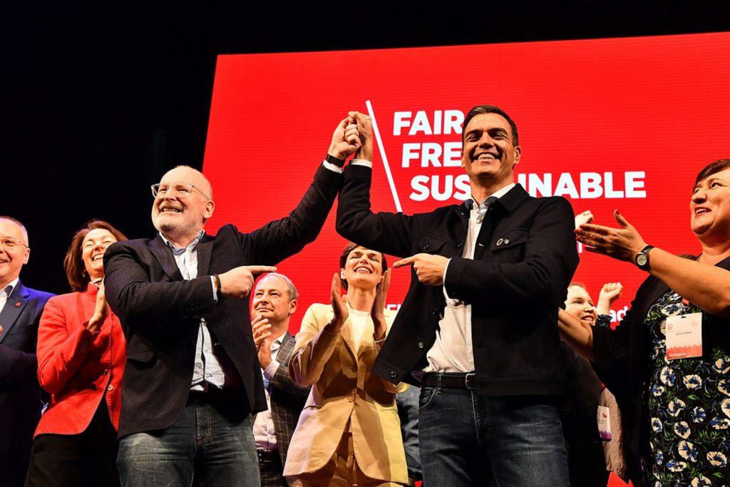 """Кандидатът за председател на Европейската комисия Франс Тимерманс (вляво) и лидерът на испанските социалисти Педро Санчес под звуците на """"Бела чао"""" на конгреса на ПЕС в Мадрид. Снимка: pes.eu"""
