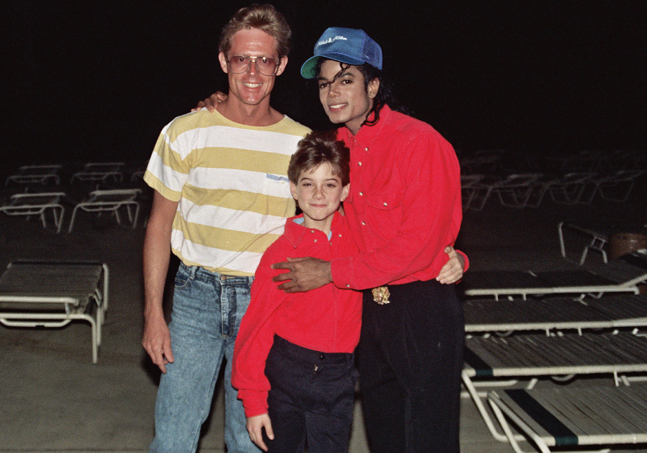 Screenshot_2019-03-10 Screenshot_2019-03-08-Michael-Jackson-High-Res-version-4518180385-Category-James-Safechuck-Wikimedia-[...]