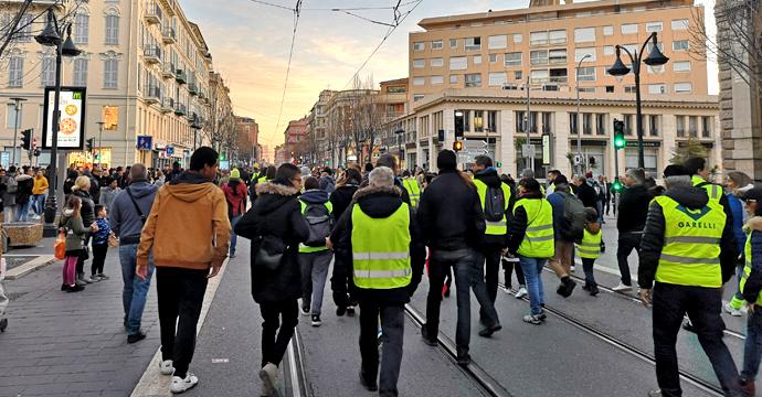 """Едно от исканията на """"жълтите жилетки"""" във Франция е богатите да поемат по-справедлив дял от данъчното бреме. Снимка: Николай Драганов, """"Барикада"""" ©"""