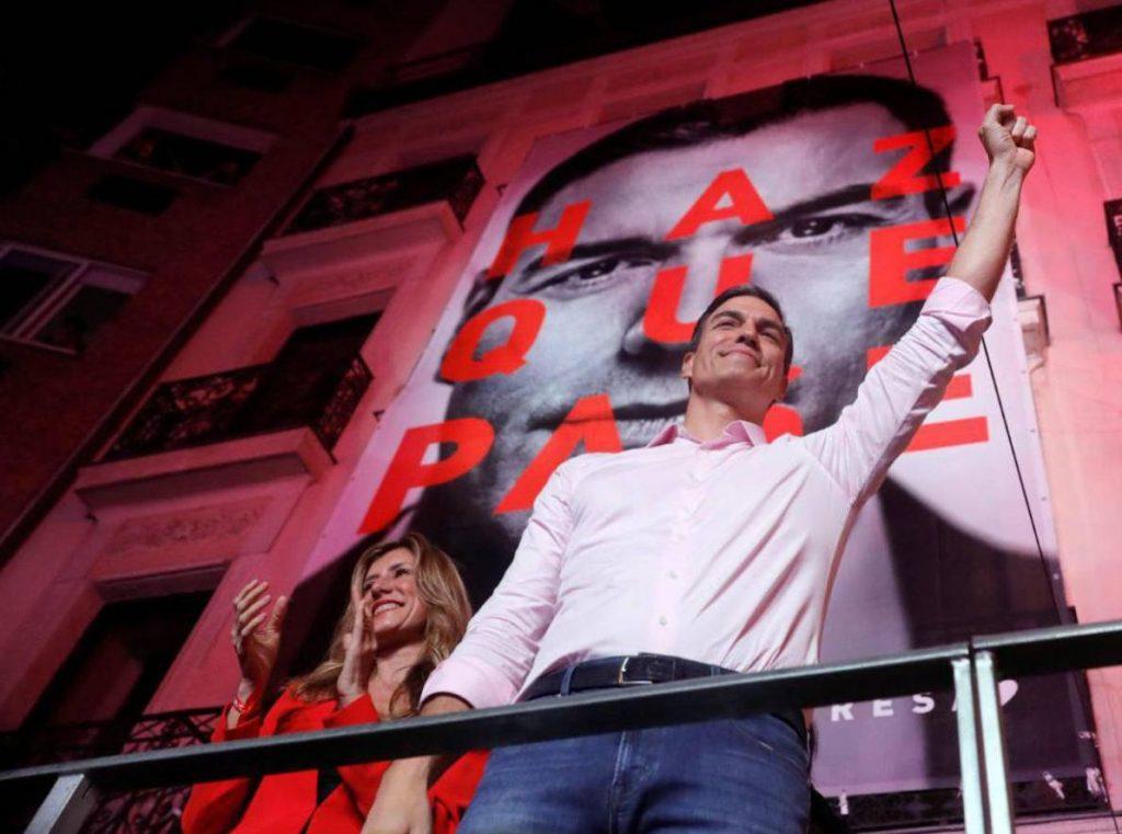 Педро Санчес приветства привържениците си от балкон на централата на ИСРП в Мадрид. Снимка: El Pais