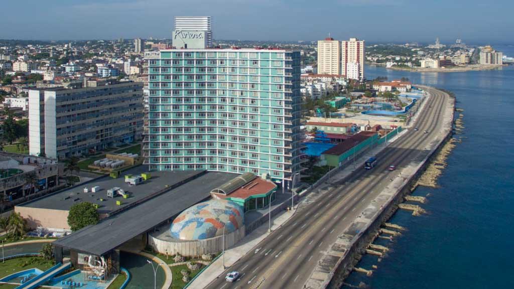 """Възроденият """"хотел на мафията"""" - откритият през 1957 г. хотел на американския мафиот Мейер Лански """"Ривиера"""" - днес живее втори живот под мениджмънта на испанската хотелска верига Iberostar. Дали наследниците на Лански сега ще заведат дело, вдъхновени от член 3 на закона """"Хелмс-Бъртън""""?"""