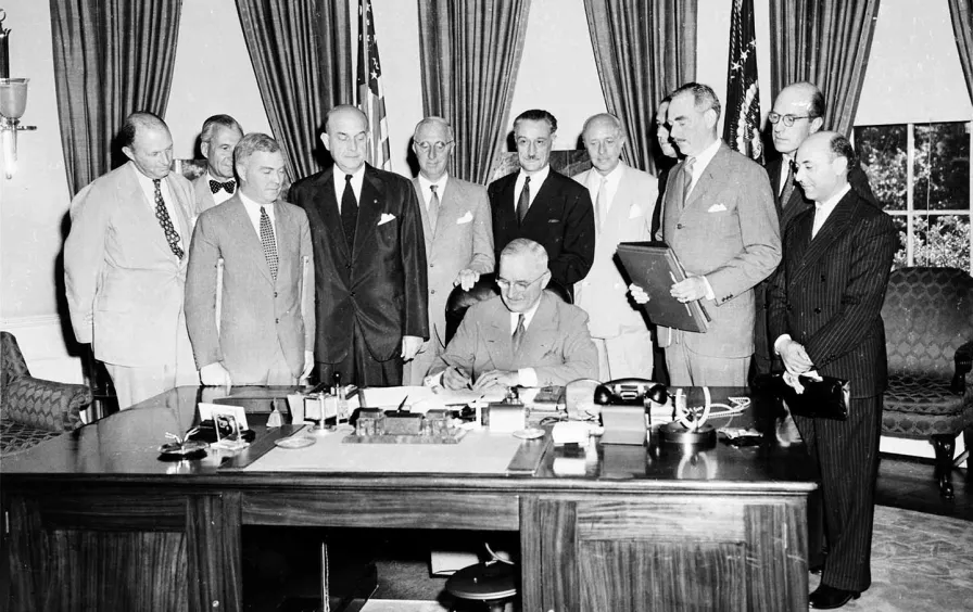 Президентът Труман подписва договора за НАТО през 1949 г.
