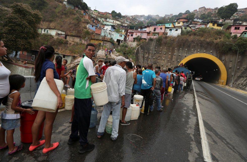 Опашка за камион-водоноска край един от народните квартали на Каракас. Снимка: EFE