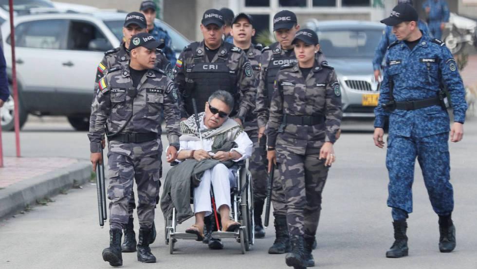 Извеждането на упоения Хесус Сантрич от затвора в инвалидна количка по пътя към прехвърлянето му в новия арест в прокуратурата. Снимка: EFE
