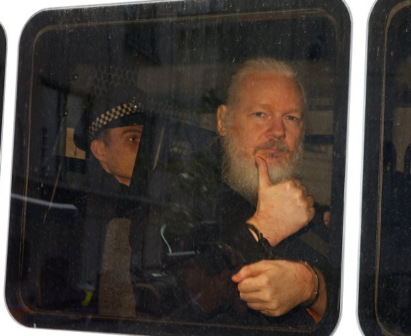 Джулиан Асанж в полицейски фургон след ареста си в еквадорското посолство на 11 април.