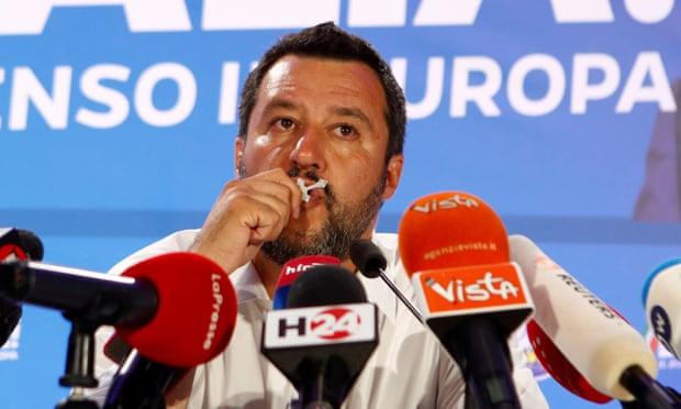 Матео Салвини държи всички да видят колко е религиозен. Снимка: Ройтерс