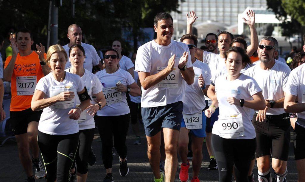 """Педро Санчес тича из парка """"Ретиро"""" в Мадрид през уикенда начело на крос, посветен на борбата с насилието по полов признак. Снимка: El Pais"""