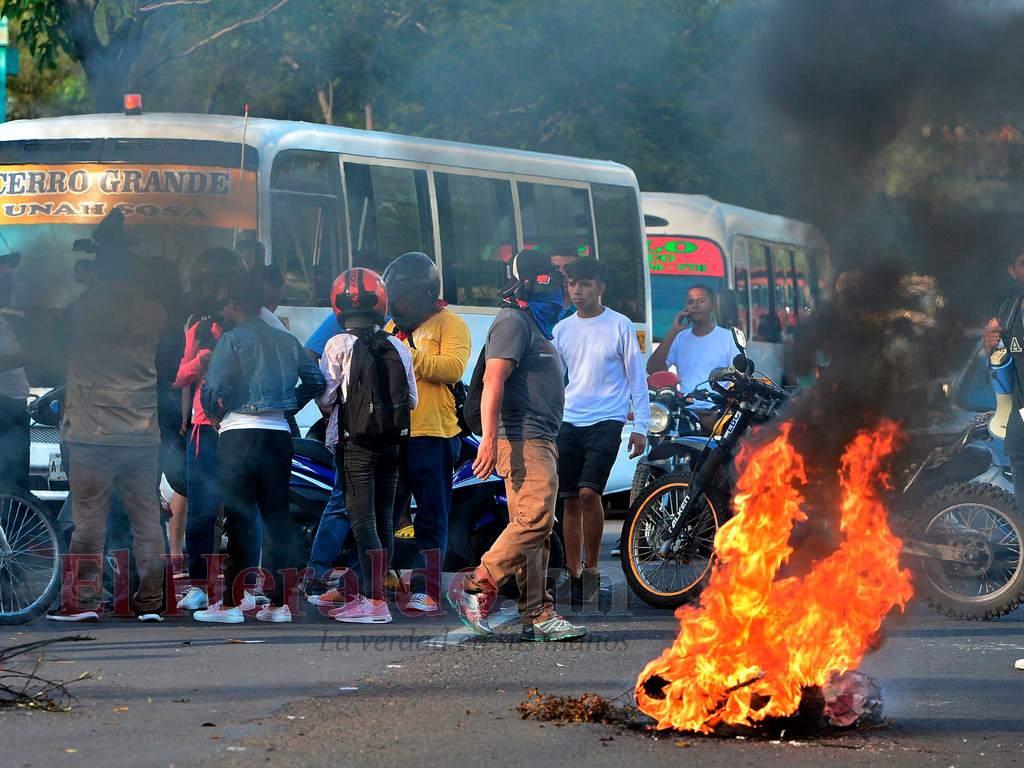 Пътни блокади и огньове по улиците на хондураската столица Тегусигалпа. Снимка: El Heraldo