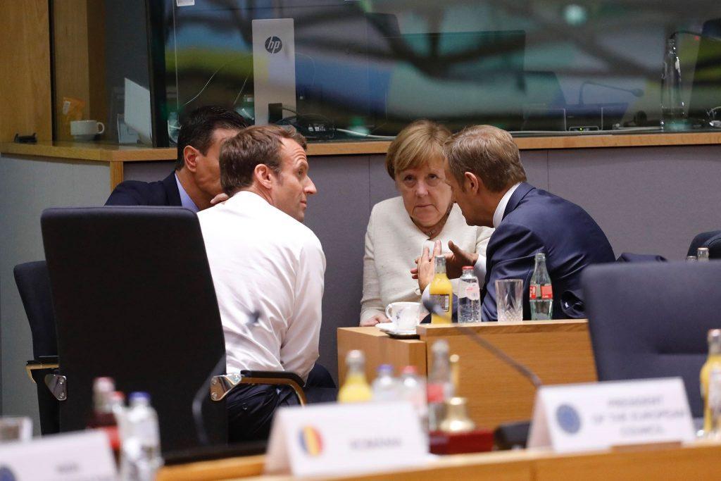 Педро Санчес, Еманюел Макрон, Ангела Меркел и Доналд Туск в напрегнат разговор по време на инфарктния Европейски съвет, проточил се от 30 юни до 2 юли. Снимка: European Council