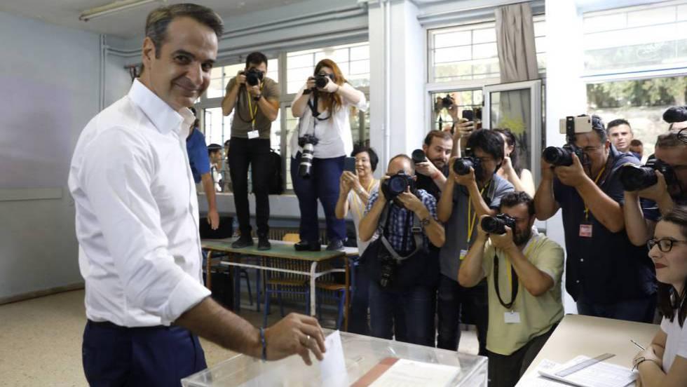 """Лидерът на """"Нова демокрация"""" Кирякос Мицотакис гласува в изборния ден. Снимка: EFE"""