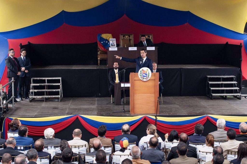 """Гуайдо обявява активирането на договора TIAR от изнесеното заседание на парламента на площад """"Алфредо Садел"""" в Каракас. Снимка: Туитър"""