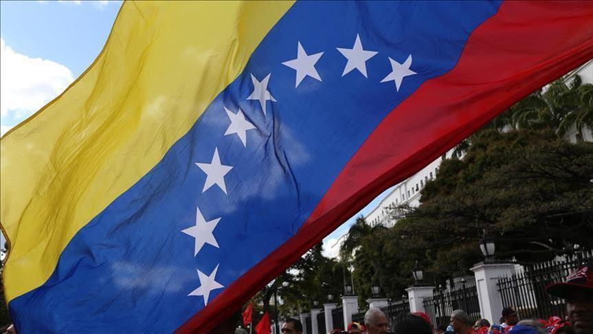 И венесуелското знаме като европейското има звездички на син фон. Достатъчно ли е това, за да дава Европейския парламент указания по вътрешните работи на латиноамериканската държава? Снимка: Anadolu Agency