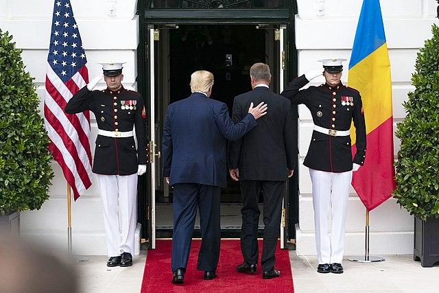 Доналд Тръмп приветства румънския президент Клаус Йоханис на срещата им 20 август 2019 г. Снимка: Wikimedia Commons