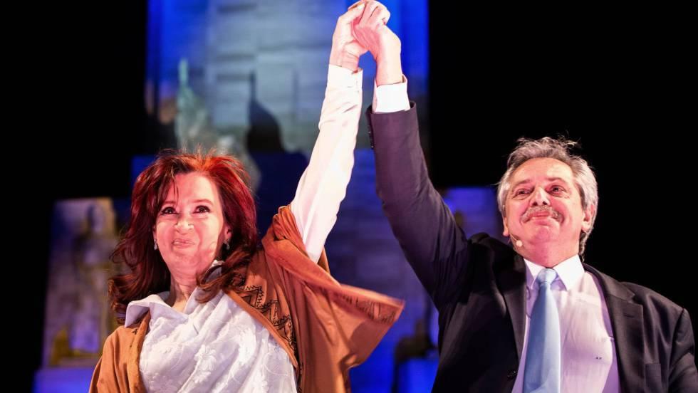 """""""Дуото Фернандес"""" - Кристина Фернандес като кандидатка за вицепрезидент и Алберто Фернандес като претендент за държавен глава по време на кампанията преди първичните избори в Аржентина. Снимка: El Pais"""