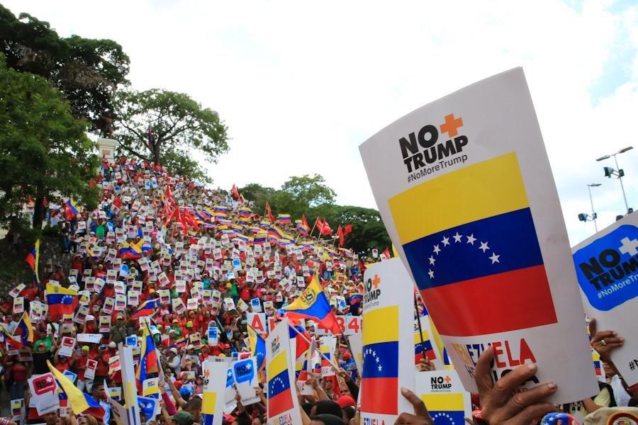 """""""Без повече Тръмп!"""" - този лозунг на английски и на испански е мотото на международната кампания срещу обявената от САЩ блокада на Венесуела. Кампанията тръгна на 10 август и ще продължи до 10 септември. Масов митинг в Каракас настоя за вдигане на блокадата. Снимка: Prensa Presidencial"""