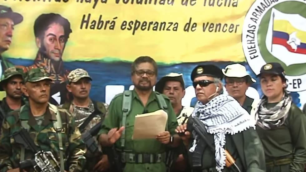 Иван Маркес (с листата в ръка) редом до Хесус Сантрич (с черните очила) и други съратници обяви връщане на ФАРК-НА към въоръжената борба. Снимка: EFE