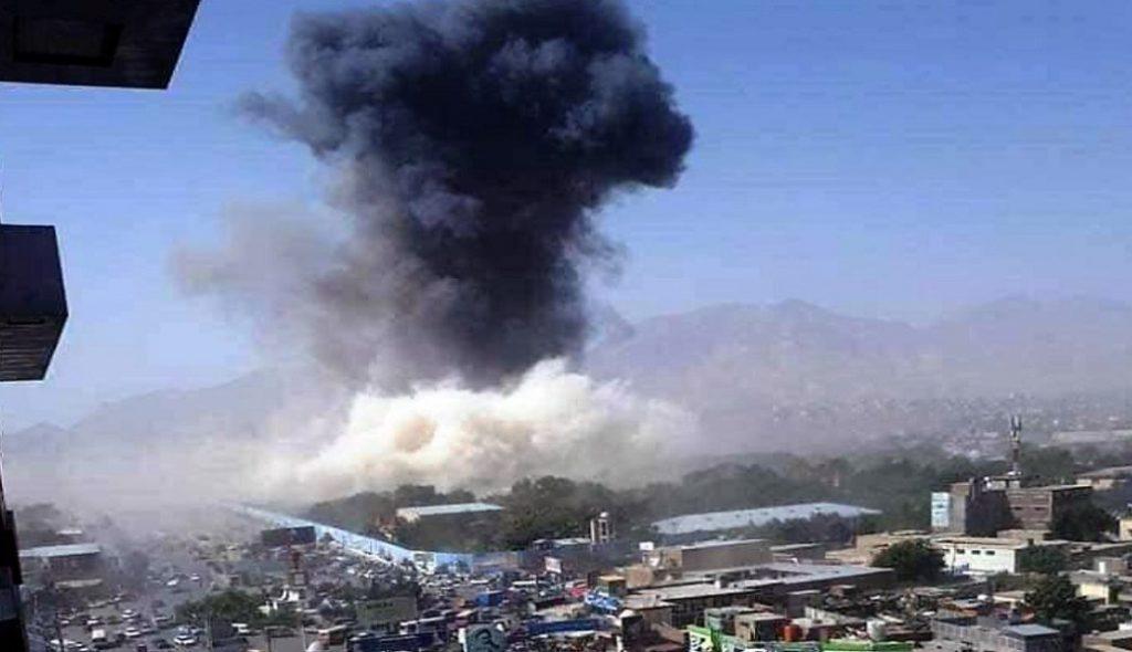 След атентата над Кабул се изви висок стълб дим. Снимка: Туитър