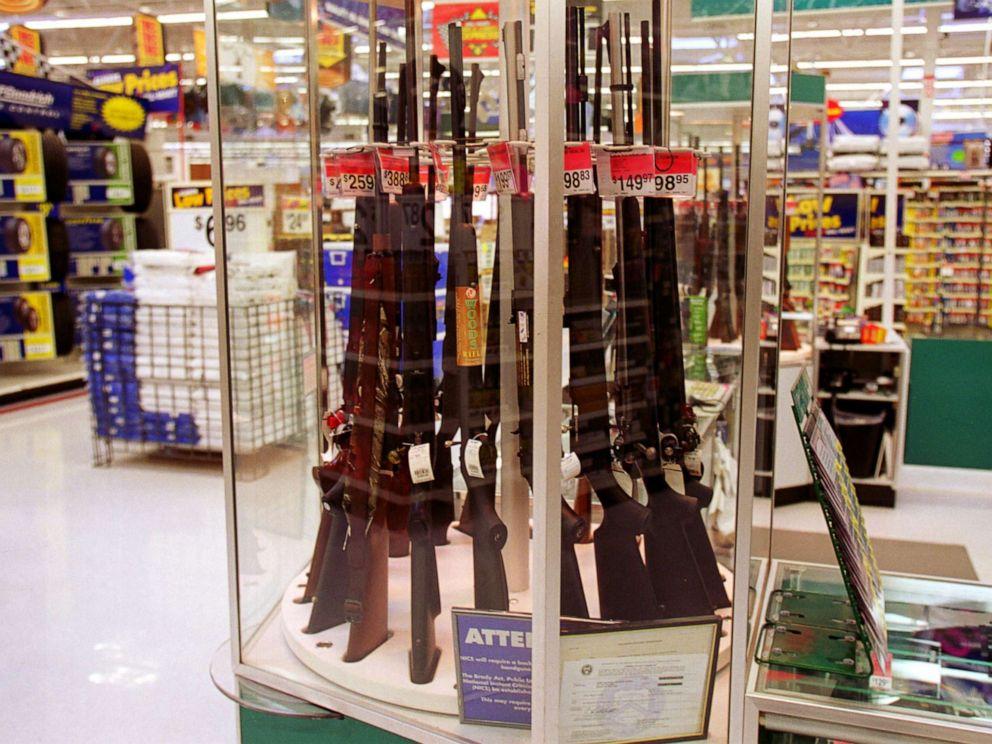 Докато пазарува евтини храни и тоалетна хартия в Wallmart, човек може да метне в количката и една пушка на промоция. Снимка: abcnews