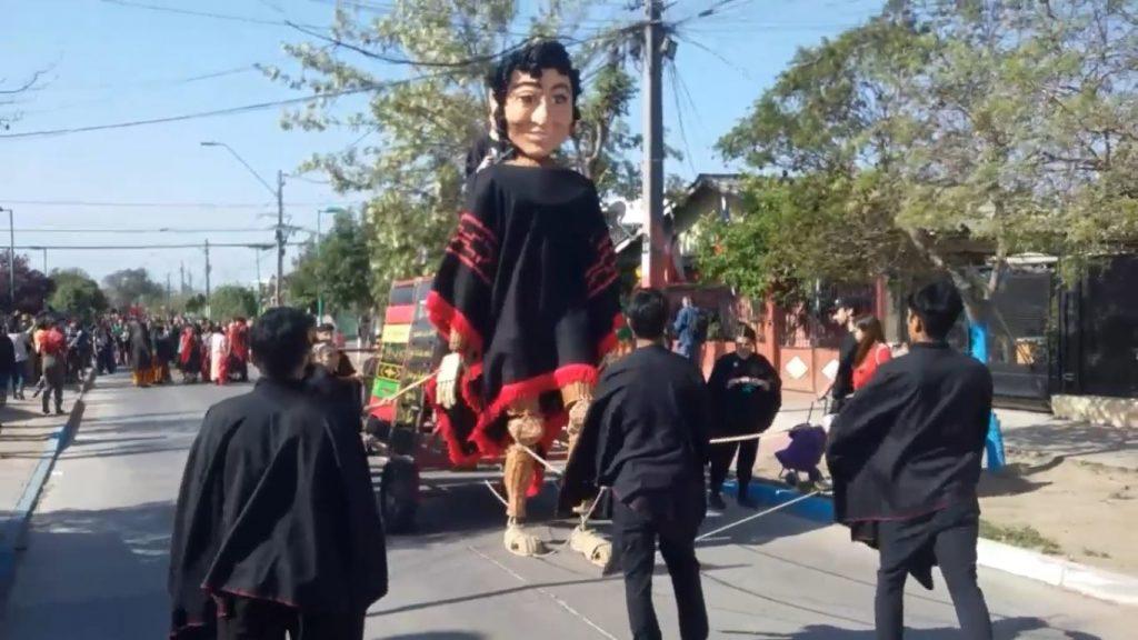 Хитът на тазгодишното карнавално шествие в квартал Ло Еспехо в памет на Виктор Хара бе гигантска кукла на певеца. Снимка: Фейсбук