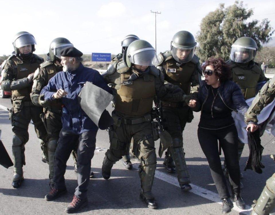 Арестът на кмета на Ла Лигуа - Родриго Санчес, и на съпругата му по време на протест с искане за достъп до вода. Снимка: El Desconcierto