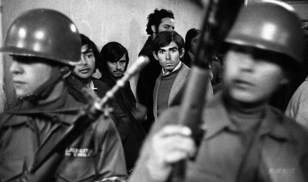 В първите часове след преврата на 11 септември 1973 г. - младите затворници на стадиона в Сантяго още не могат да повярват какво се случва. Снимка: Operacion Silencio