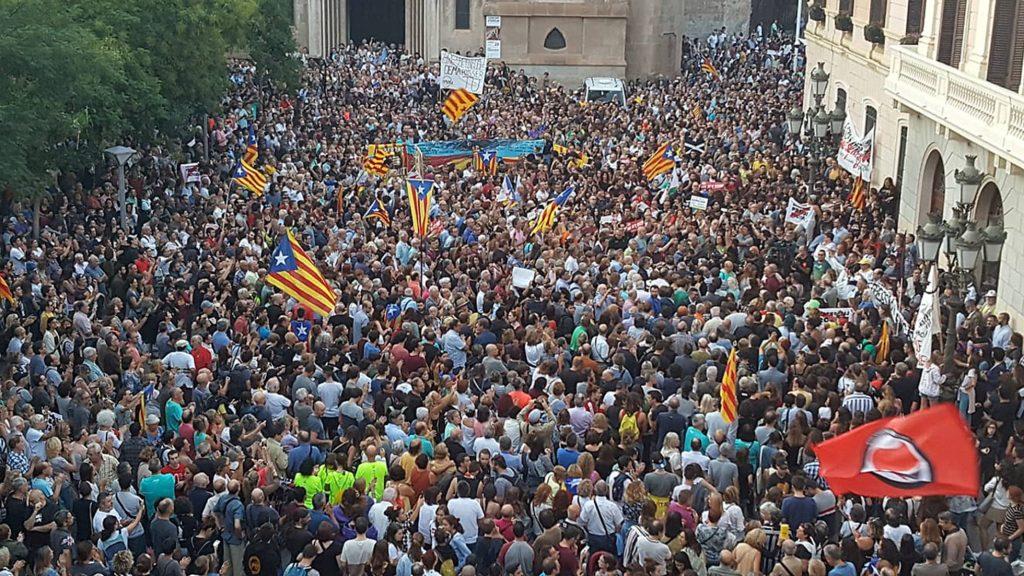 """Масов протест в каталунския град Сабадел против арестите на активисти на сепаратистките """"Комитети за защита на републиката"""". Снимка: El Pais"""