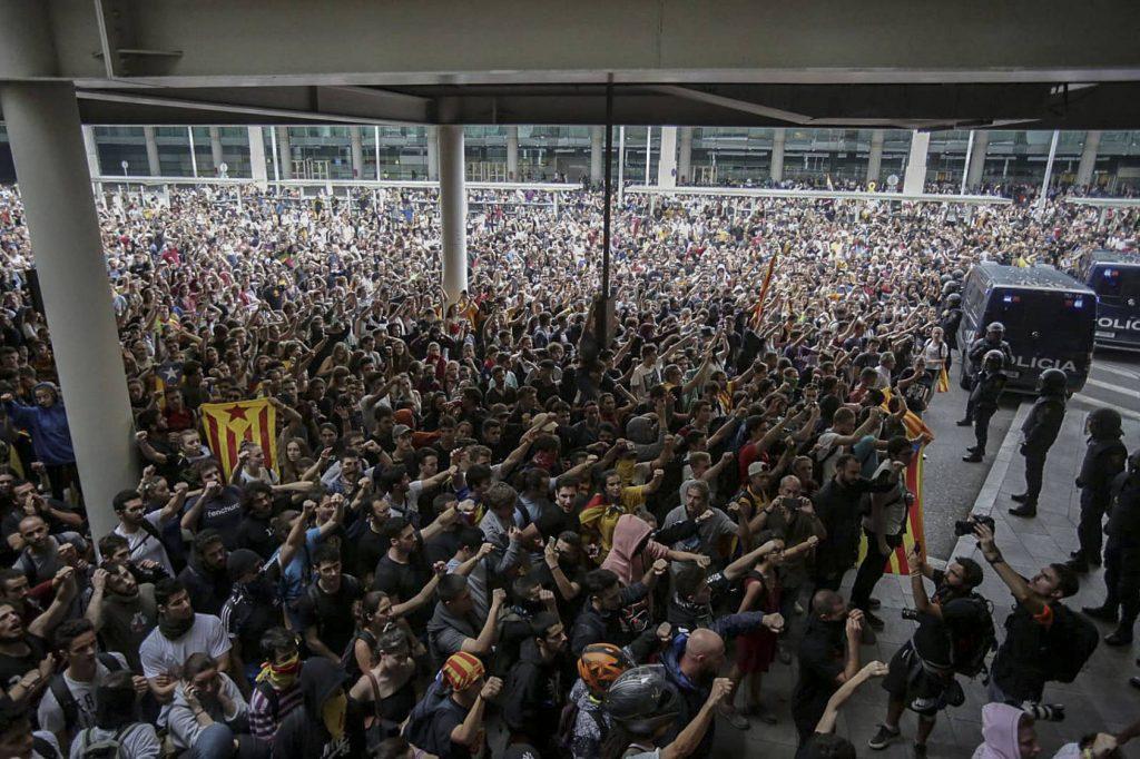 """Хиляди демонстранти блокираха на 14 октомври вечерта летището на Барселона """"Ел Прат"""". Снимка: El Pais"""