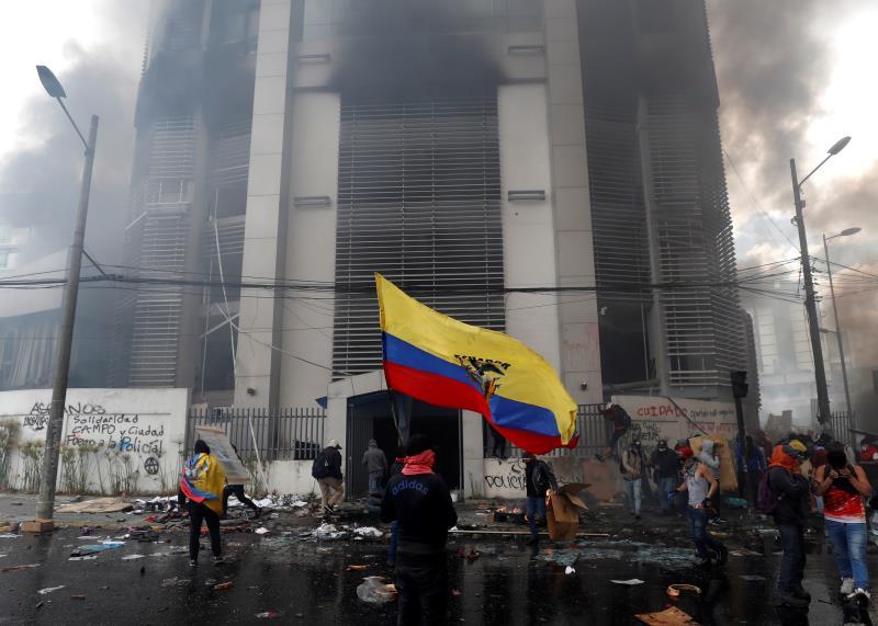 Сметната палата в Кито беше подпалена на 12 октомври, когато тя се оказа без охрана и в нея нахлуха неизвестни вандали. Снимка: EFE