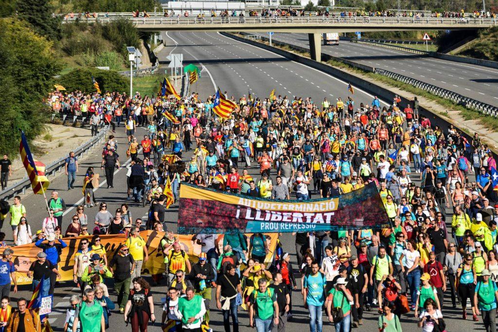 Колоната на протестното шествие в Хирона излиза на магистрала АР-7. Снимка: El Pais