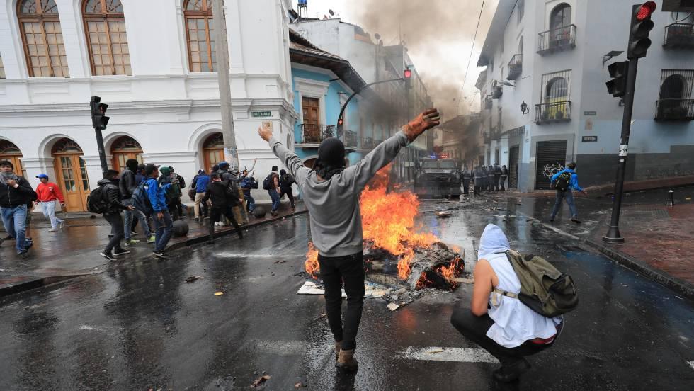Протест в центъра на еквадорската столица Кито срещу поскъпването на горивата и оразването на доходите, въведени от президента Ленин Морено по рецепта на МВФ. Снимка: EFE