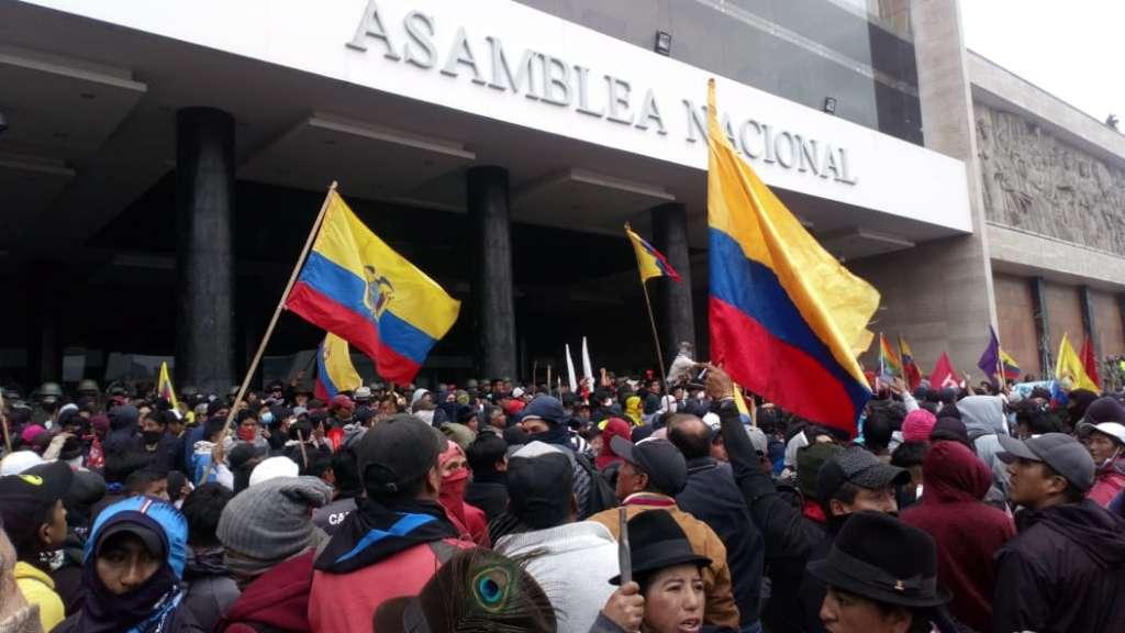 Прииждащите в Кито индианци на 8 октомври завзеха за кратко останалото празно Национално събрание (парламента). Снимка: Ecuavisa