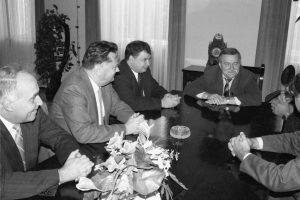 """Kaчински (в средата) заедно с Валенса (вдясно) е договарял консенсусите (""""без мръсни номера"""") на прехода на конференцията в Магдаленка (http://bit.ly/2pUyWJl) в края на 80-те години."""