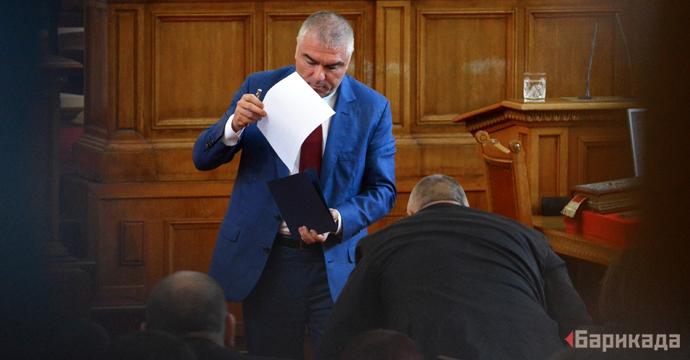 """Кадър от заседанието, в което Бойко Борисов положи за трети път клетва като министър-председател на България. След края на своята реч, в която Марешки му обеща """"подкрепа под лупа"""", лидерът на ВОЛЯ подписа копие от изказването си и го връчи на Борисов. В следващите години ВОЛЯ и Марешки ще гласуват заедно с ГЕРБ почти всички ключови въпроси. Снимка: Николай Драганов"""