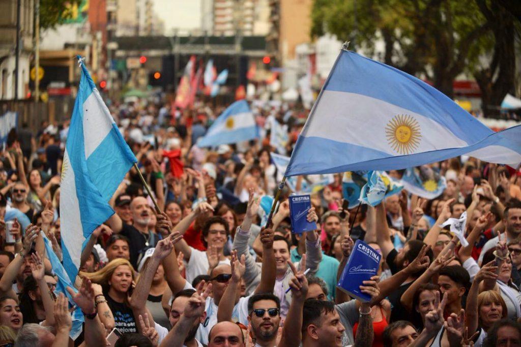 Привърженици на Алберто Фернандес и Кристина Фернандес празнуват побезата на тяхното дуо в президентските избори в Аржентина. Снимка: EFE
