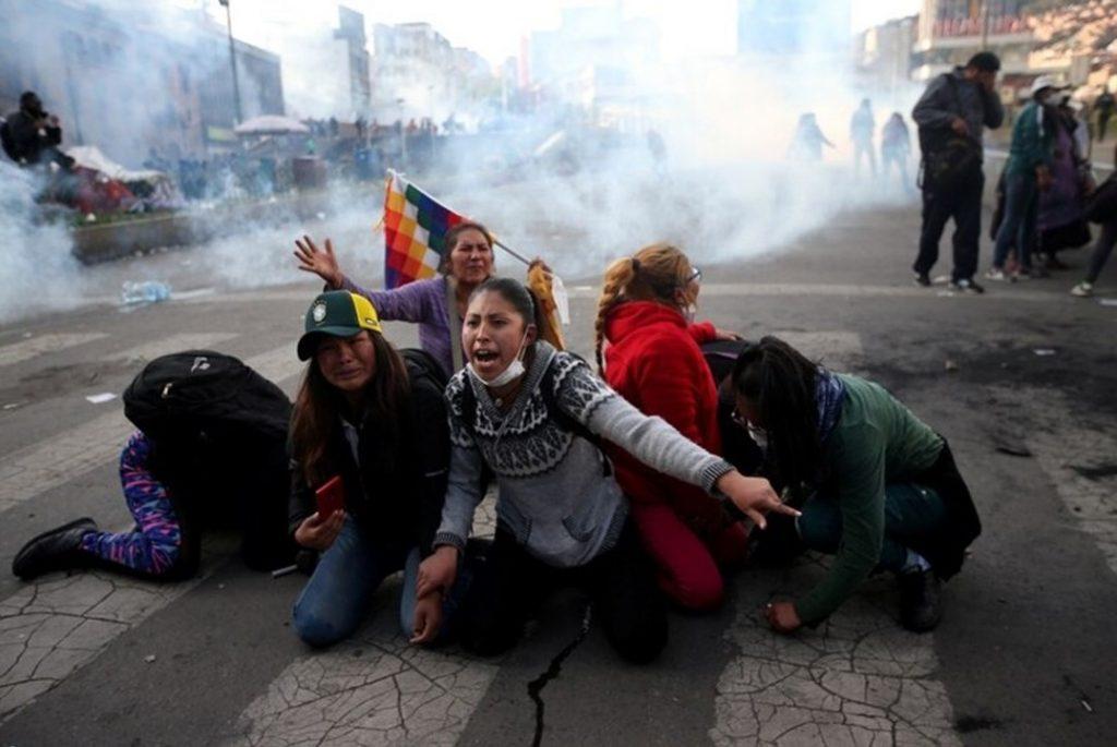 По време на брутално атакувания от полицията протест в Кочабамба. Снимка: polosurtdf.com.ar
