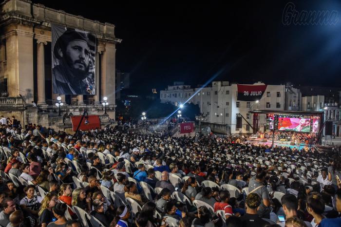 Публиката по стълбата на Хаванския университет по време на концерта в памет на Фидел Кастро. Снимка: Granma