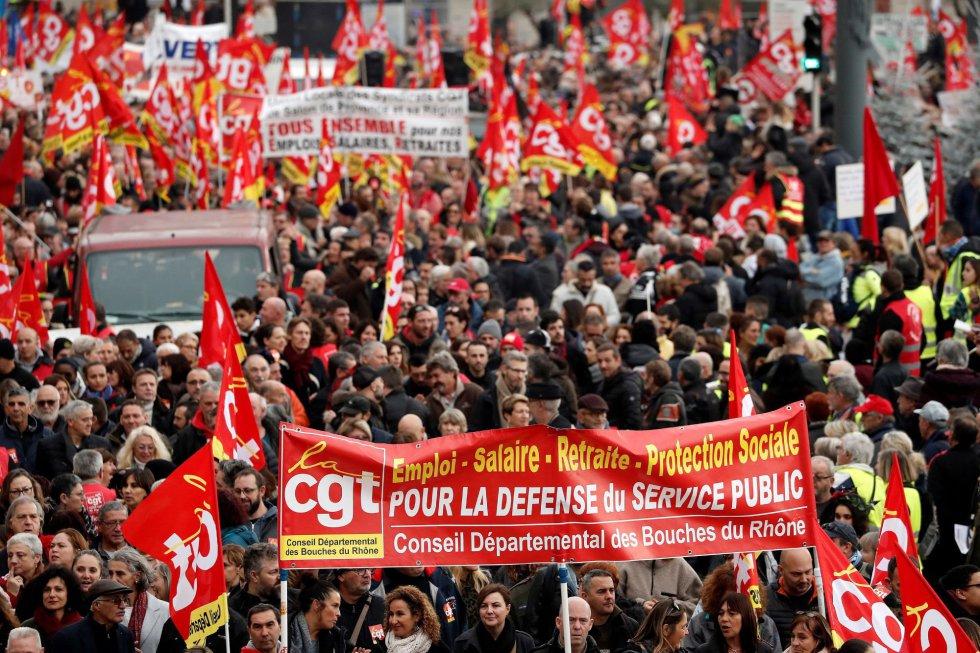 Шествие в Париж на участници в стачката против пенсионната реформа, замислена от правителството на Еманюел Макрон. Снимка: EFE