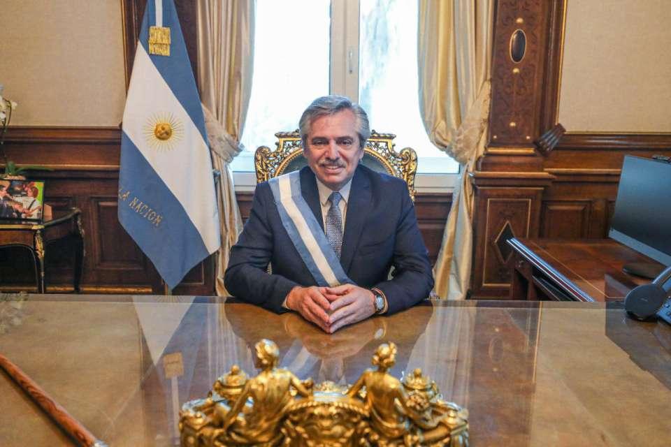 """Алберто Фернандес при първото му сядане в президентското кресло в """"Каса Росада"""" (""""Розовия дом"""") в Буенос Айрес след встъпването му в длъжност като президент на Аржентина. Снимка: Casa Rosada"""