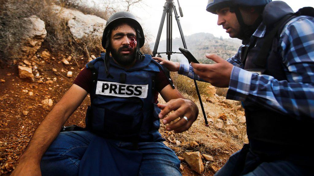 Муат Амарнех, секунди след като е уцелен в окото от израелски снайперист. Снимка: Mussa Qawasma/mintpressnews.com