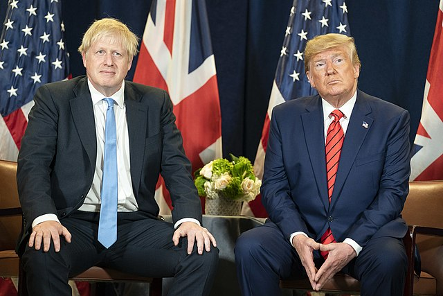 Борис Джонсън и Доналд Тръмп договарят сделка, която ще даде на едрия бизнес всичко, което поиска. Снимка: Wikimedia Commons